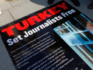 Journalists and their supporters gather outside the Justice Palace to protest against the detention of journalists in Istanbul