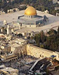 Picture shows the relationship of the wailing wall with Dome of the Rock