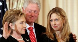 The Clinton Family, Bill Clinton in the center, Hilary Clinton on his right and Chelsea on his left
