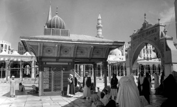 A PEEK INTO THE PAST: A photo taken by Muhammad Helmi in 1947 shows Maqam Ibrahim inside the Haram Mosque. (SPA)