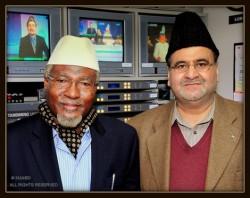 Late Abdul Wahab Adam, Ameer of Ghana, with white cap with Choudhry Munir Ahmad of MTA International, USA