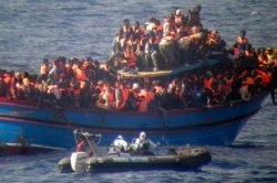 This boat intercepted by the Italian Navy on June 30 was carrying nearly 600 people - including the dead bodies of some 30 would-be migrants found in the hold. (Keystone)
