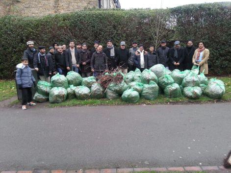 Ahmadiyya Muslim Community Tooting Organizes Litter Picking & Garden Cleaning program in Wandsworth