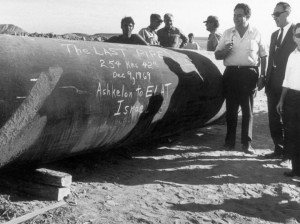 Laying the final part of the Eilat-Ashkelon Pipeline, 1969. Photo by Daniel Rosenblum / Starfot