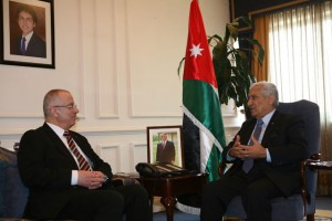Prime Minister Abdullah Ensour meets with his Palestinian counterpart Rami Hamdallah in Amman on Sunday (Petra photo)