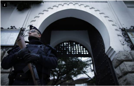 A French police officer stands in front of the entrance of the Paris Grand Mosque as part of the highest level of 'Vigipirate' security plan after last week's Islamic militants attacks January 14, 2015 --- REUTERS/Christian Hartmann
