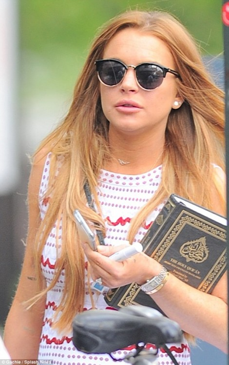 Lindsay_Lohan_was_spotted_carrying_a_copy_of_the_-m-1_1431563528968