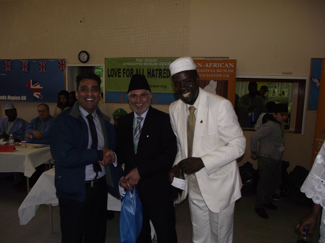 Cllr Paji Singh (Deputy Leader of the group) receiving Eid gift