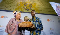 Liberian Peace Nobel Prize winner Leymah Gbowee, presents Abraham Keita the International Children's Peace Prize 2015, for his efforts to improve children's rights in his country, in The Hague, on November 9, 2015 (AFP Photo/Bart Maat)