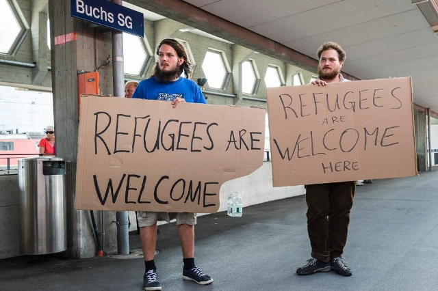 Volunteers gathered at a railway station on Switzerland's border, inspired by crowds in Germany who had turned out to welcome new arrivals seeking asylum (Keystone)