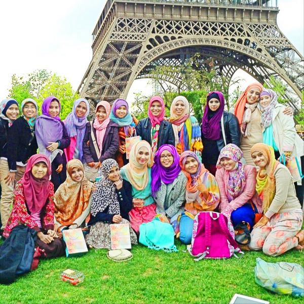 hijabi-in-front-of-eiffel-tower