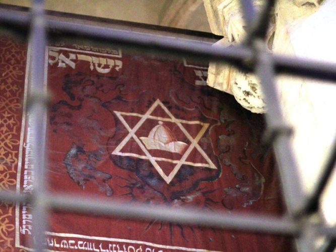 prague_praha_2014_holmstad_-_den_gammelnye_synagogen_-_old-new_synagogue_-_josefov_-_banner_with_jewish_hat.jpeg__800x600_q85_crop