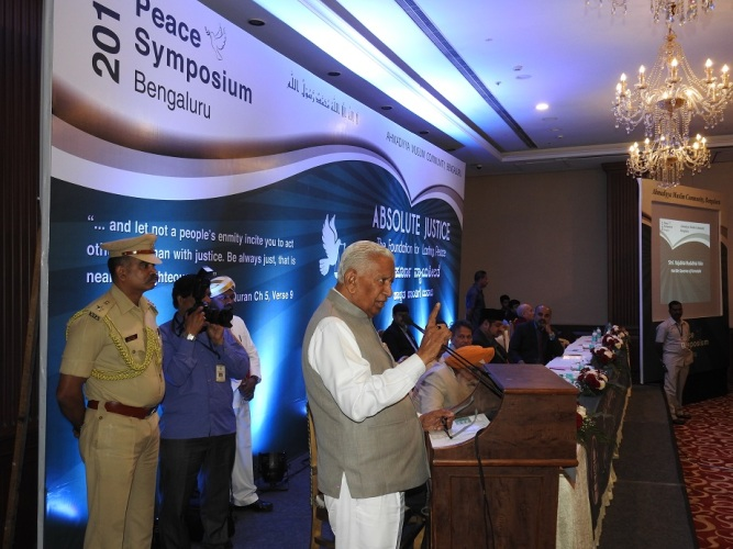 honorable-governor-addressing-the-audience