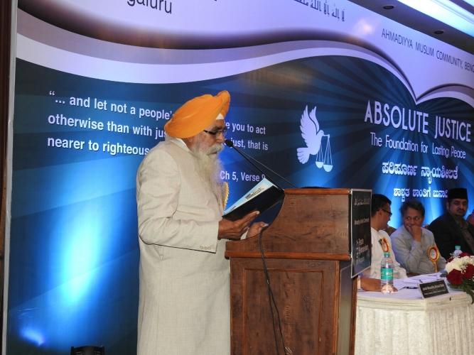 Prof. Harjinder Singh Bhatia (Gurudwara Sri Guru Singh Sabha) speaking at the Ahmadiyya Muslim peace symposium in Bangalore.