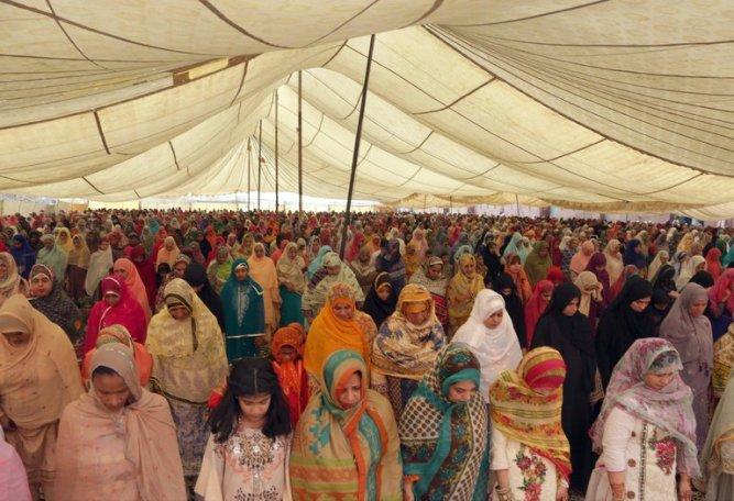 women in Badshahi mosque lahore