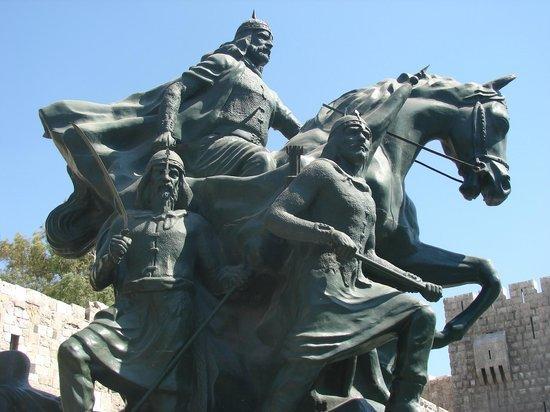saladin-selahedin-statue