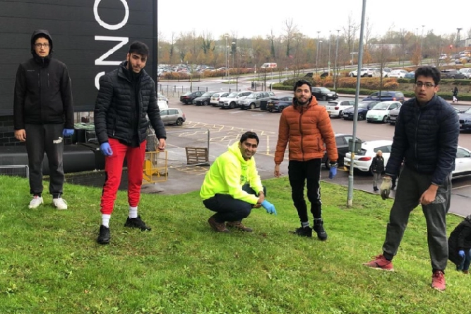 Ahmadiyya Muslim Youth Association joined forces with MK Rotary club & Dons SET to plant 4,000 bulbs at Milton Keynes