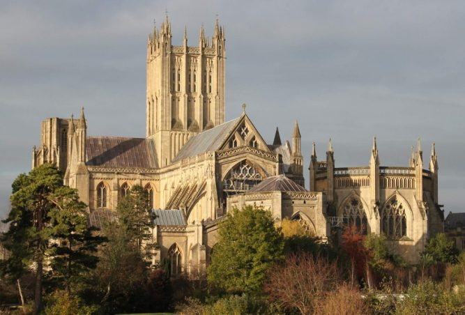 Wells_Cathedral_east_end_over_the_wall_3-1024x694
