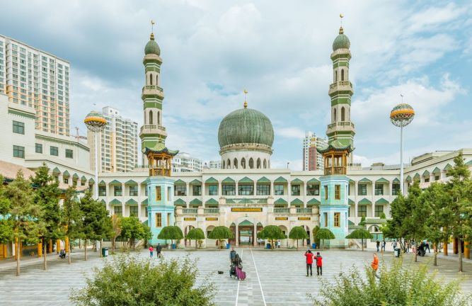 Tourists-at-the-Dongguan-Great-Mosque-in-China